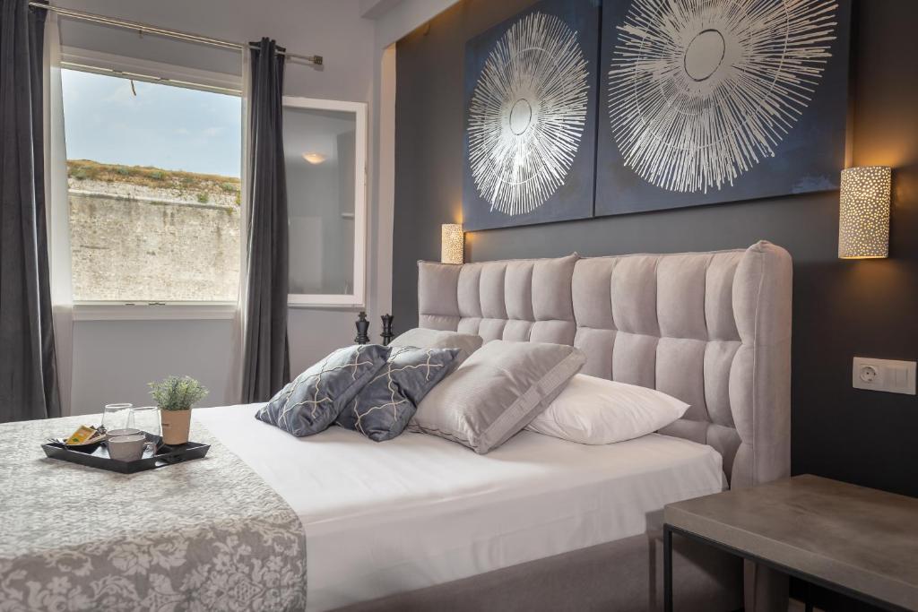 Кровать или кровати в номере Ionian City