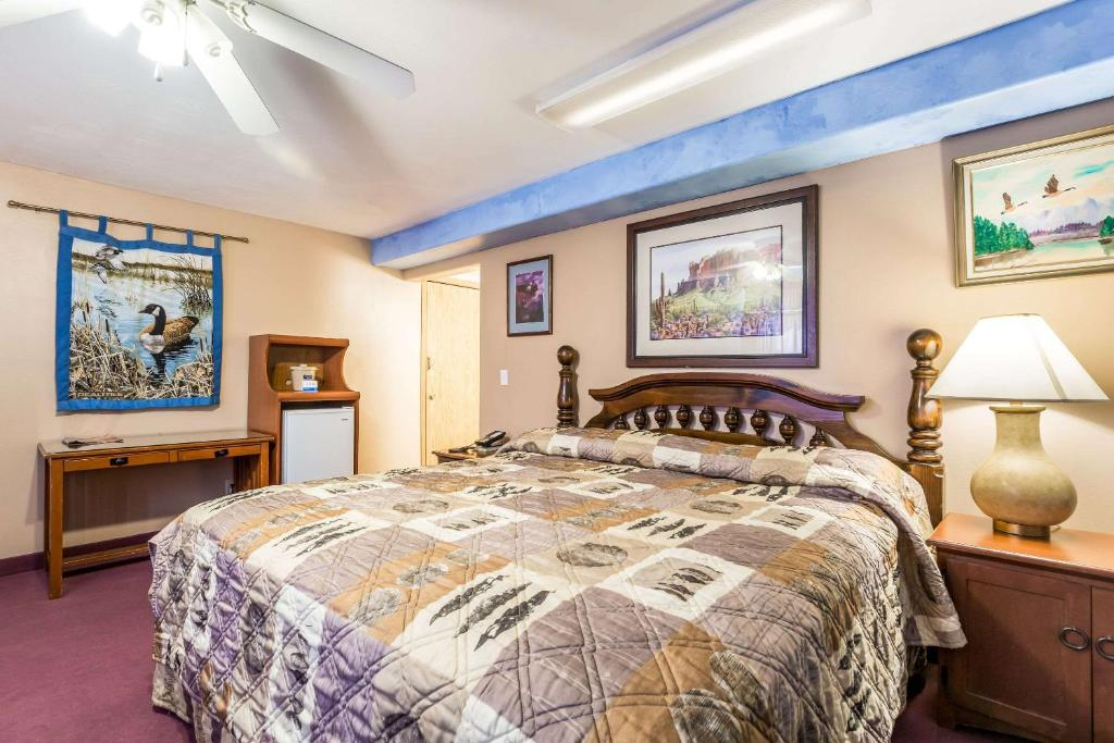 A bed or beds in a room at Rodeway Inn & Suites Big Water - Antelope Canyon