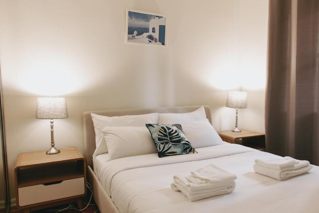 A bed or beds in a room at Manly Beach Escape Apartment