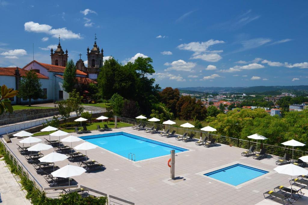 A view of the pool at Pousada Mosteiro de Guimaraes or nearby