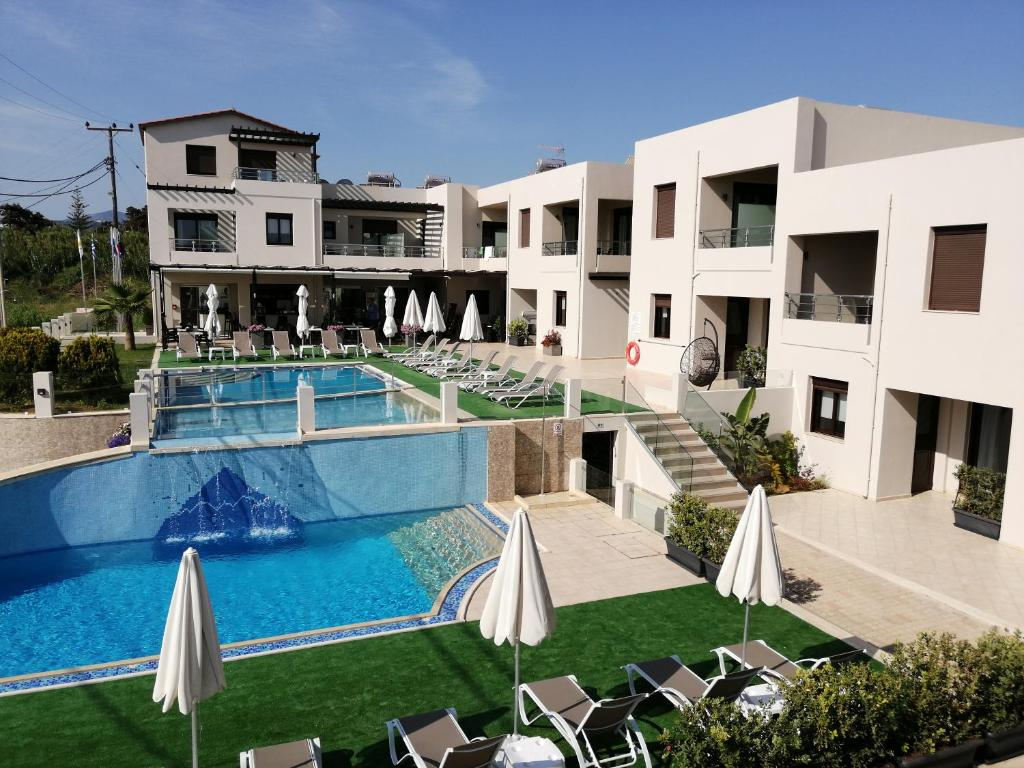 A view of the pool at Carisa Maleme or nearby