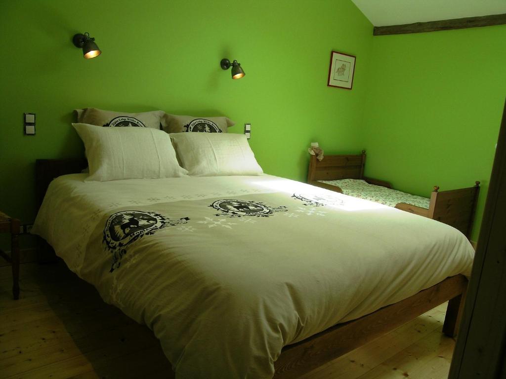 Ein Bett oder Betten in einem Zimmer der Unterkunft Les Pres Volants