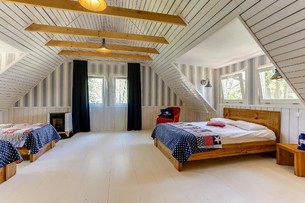 Łóżko lub łóżka w pokoju w obiekcie Wyspa Brzozowa