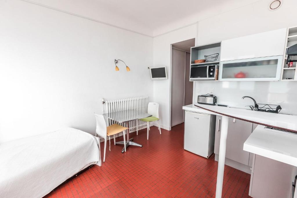 A kitchen or kitchenette at Hotel Le Trident Thyrsé