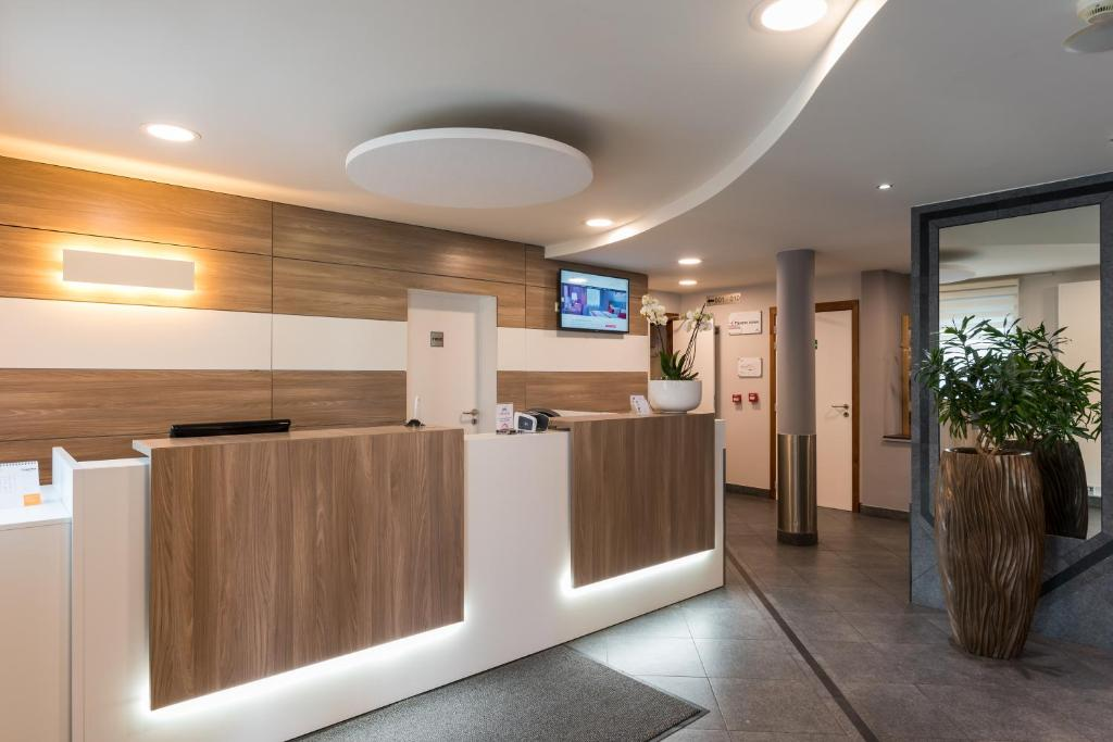 The lobby or reception area at Best Western Plus Aero 44 Charleroi Airport