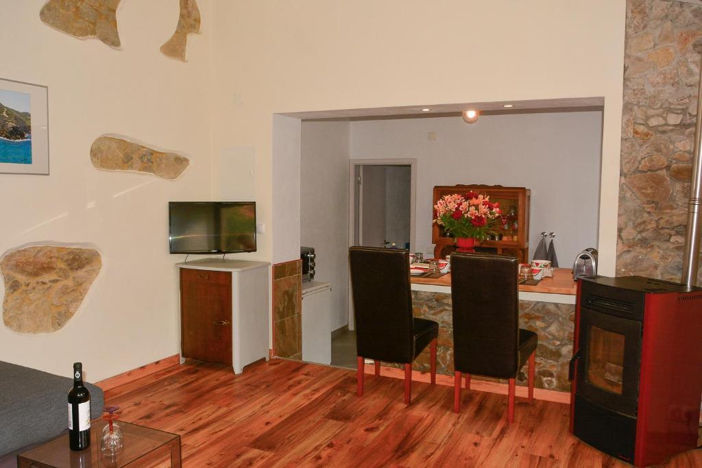 A television and/or entertainment center at Casa da fonte