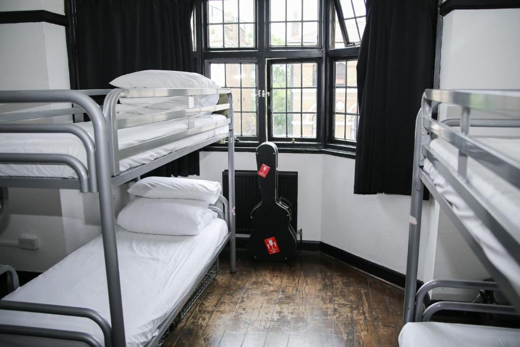 Bunk bed o mga bunk bed sa kuwarto sa St Christopher's Inn Camden