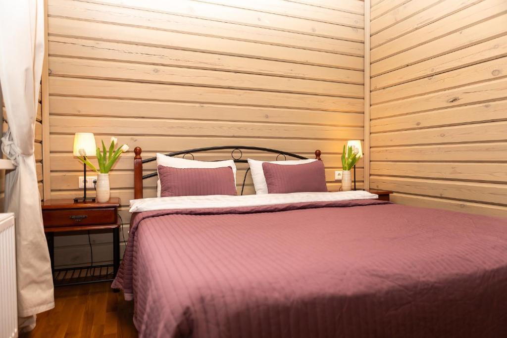 Кровать или кровати в номере Ручьи уДачи