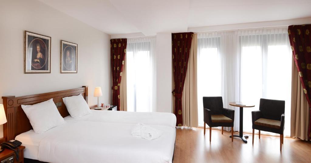 Postel nebo postele na pokoji v ubytování Amrâth Grand Hotel Frans Hals
