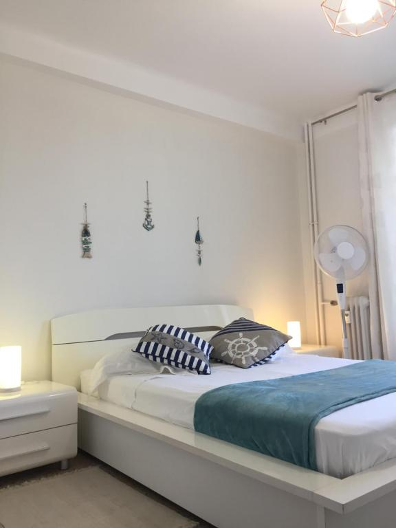 A bed or beds in a room at LA MAISON DE LA MER
