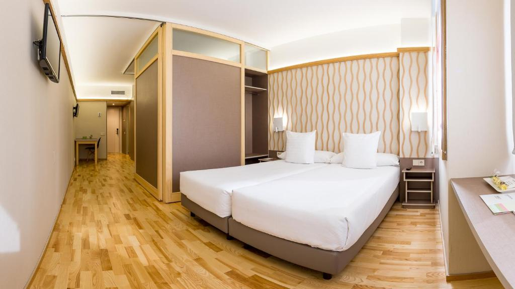 A bed or beds in a room at Aparthotel Bonanova