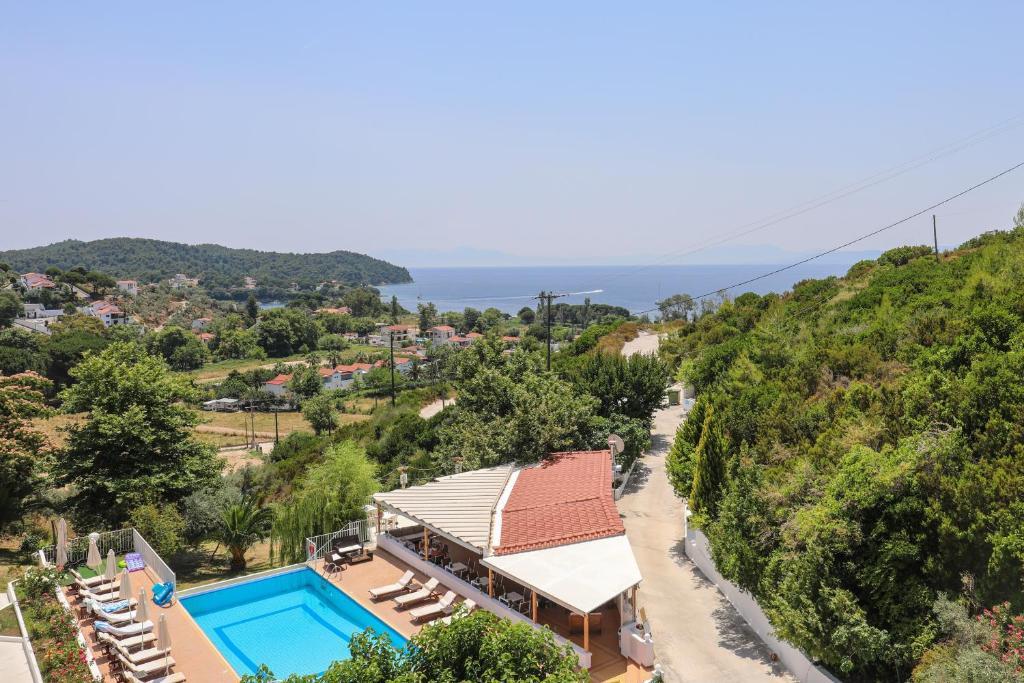 Θέα της πισίνας από το  Zorbas Family House  ή από εκεί κοντά