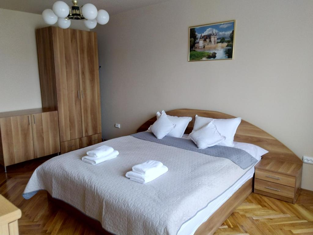 Un pat sau paturi într-o cameră la Apartament Maria Sibiu