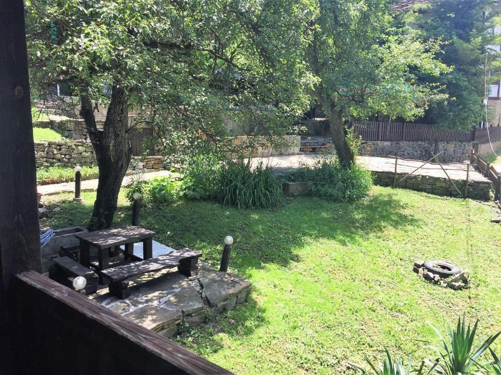 A garden outside Parlapanova Guest House - Pool Access