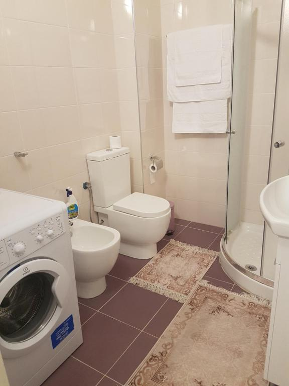 A bathroom at White Residence Apartments