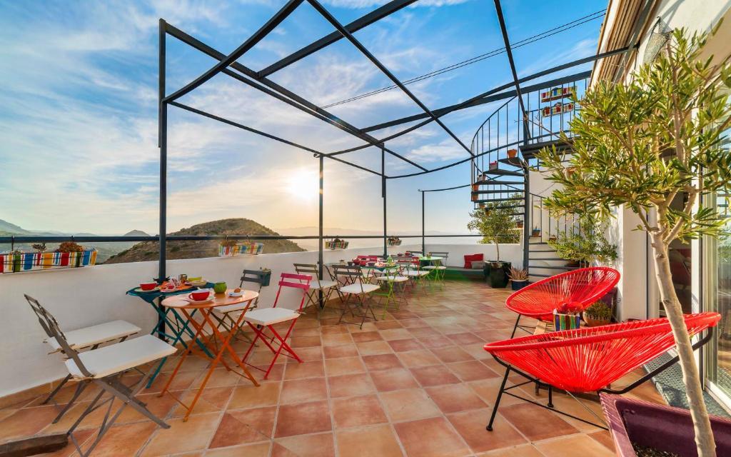 A restaurant or other place to eat at Hostal El Olivar