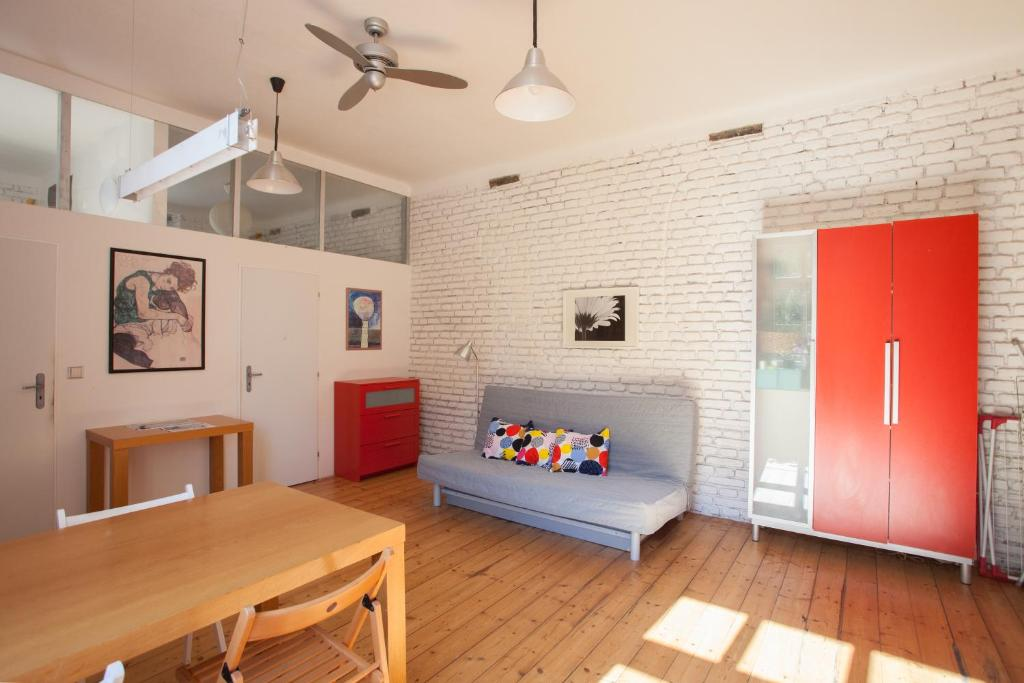 The apartment, set in a building dating from 1984, is 2.2 km from Marktplatz Basel and 2.8 km from.