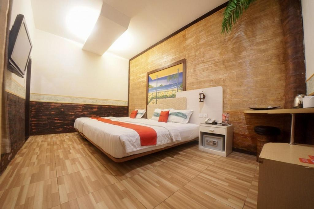 A bed or beds in a room at RedDoorz @ Bypass Ngurah Rai Airport