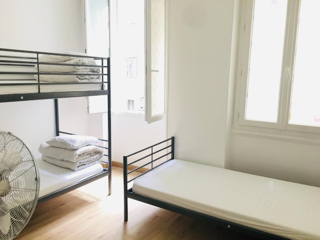 A bunk bed or bunk beds in a room at Appartement Pont Neuf à Paris