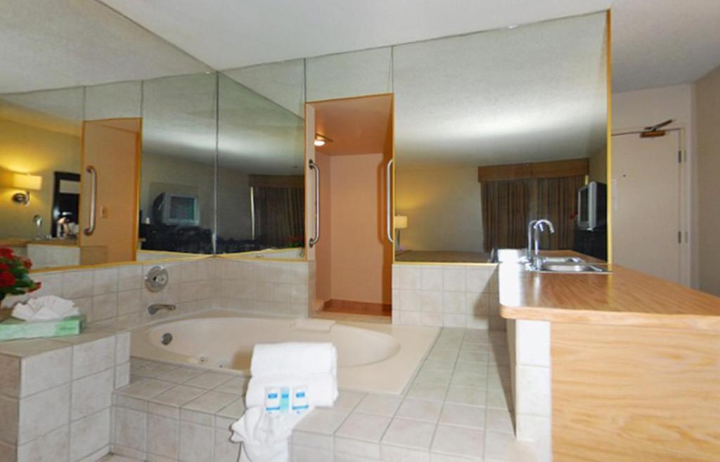 Rodeway Inn And Suites Bakersfield CA Bookingcom - Bathroom remodel bakersfield