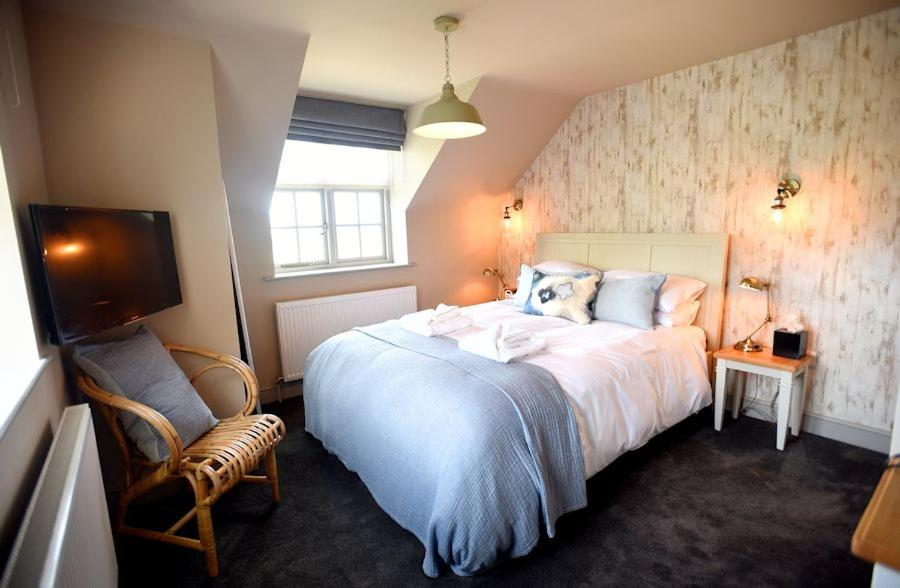 The Lifeboat Inn tesisinde bir odada yatak veya yataklar