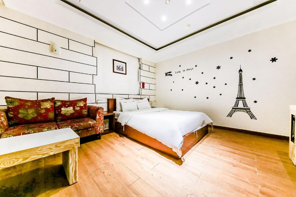 A bed or beds in a room at Hotel Rooky