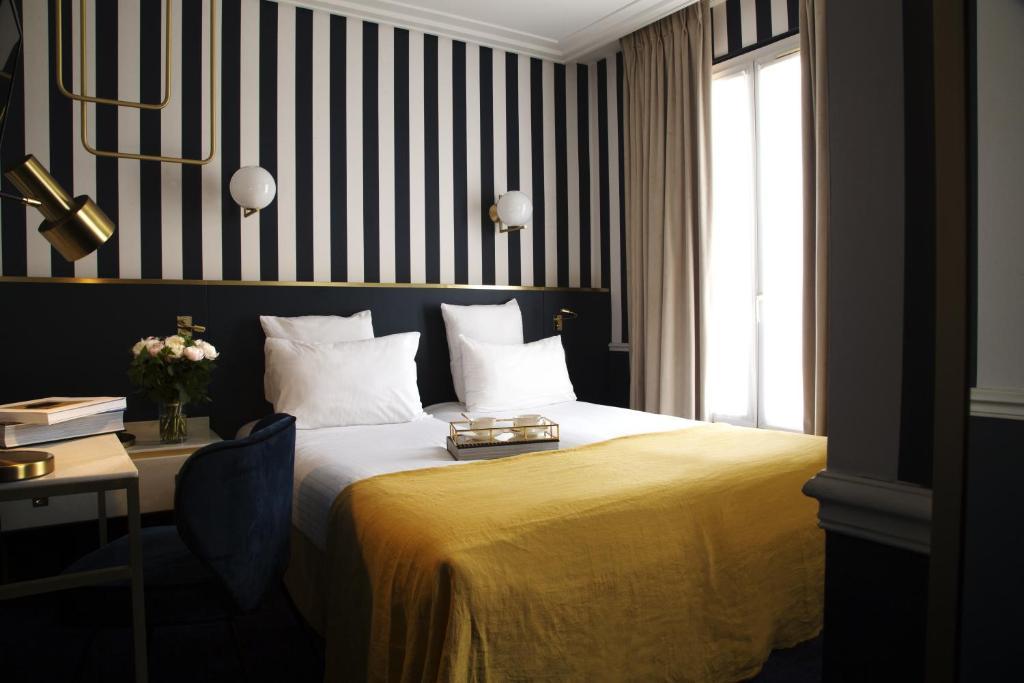Een bed of bedden in een kamer bij Hotel de l'Europe - Gare du Nord