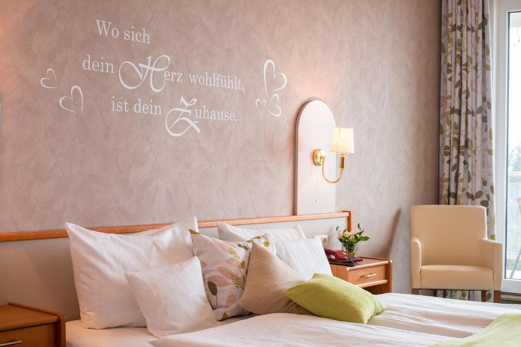 Ein Bett oder Betten in einem Zimmer der Unterkunft Waldhotel Wiesemann und Appartmenthaus Seeschwalbe am Edersee