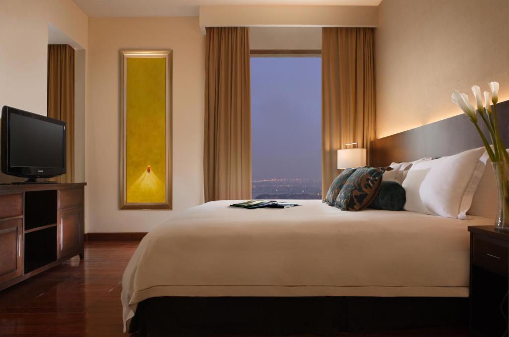 Postel nebo postele na pokoji v ubytování Fraser Suites Hanoi