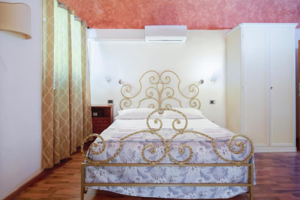 A bed or beds in a room at Piccolo Hotel