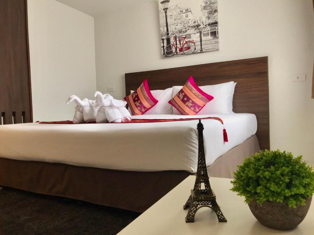 A bed or beds in a room at Pas Cher Hotel de Bangkok