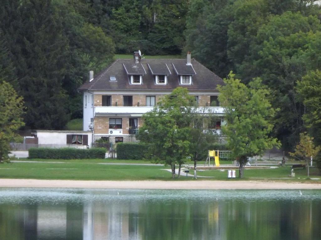 hotel la chaumiere du lac (france clairvaux-les-lacs) - booking
