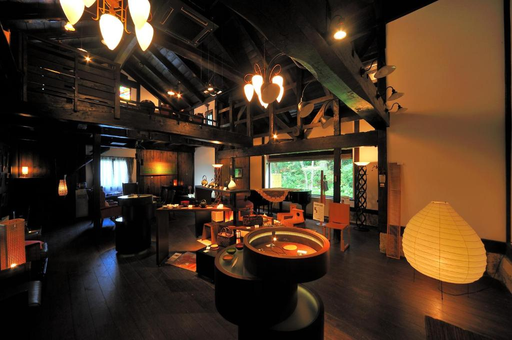 A restaurant or other place to eat at Meigetsuso
