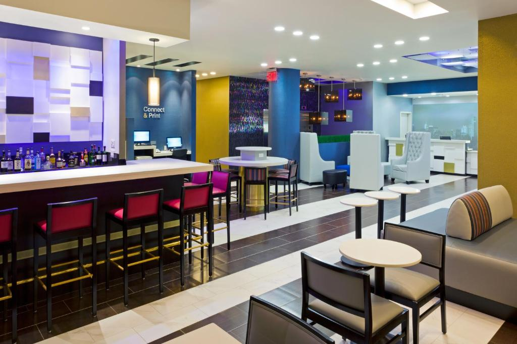 Een restaurant of ander eetgelegenheid bij Fairfield Inn & Suites by Marriott New York Queens/Queensboro Bridge