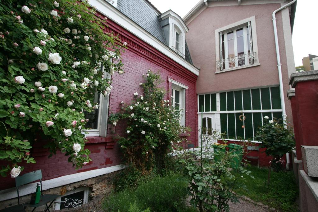 Bed and breakfast la maison rouge paris france for A la maison rouge