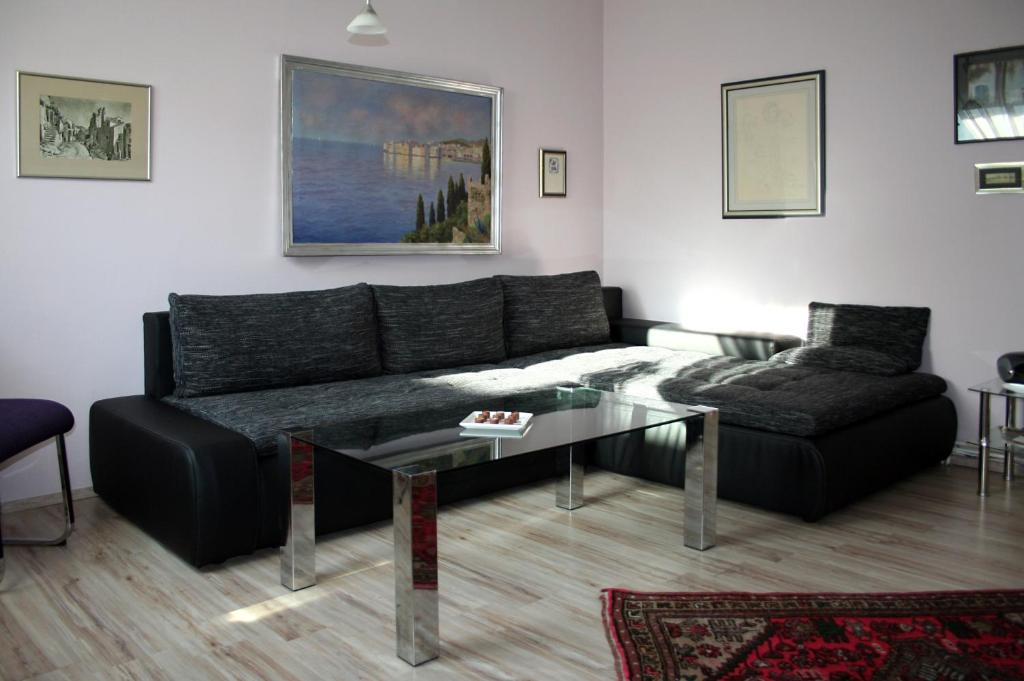 A seating area at Apartments ABA Zagreb