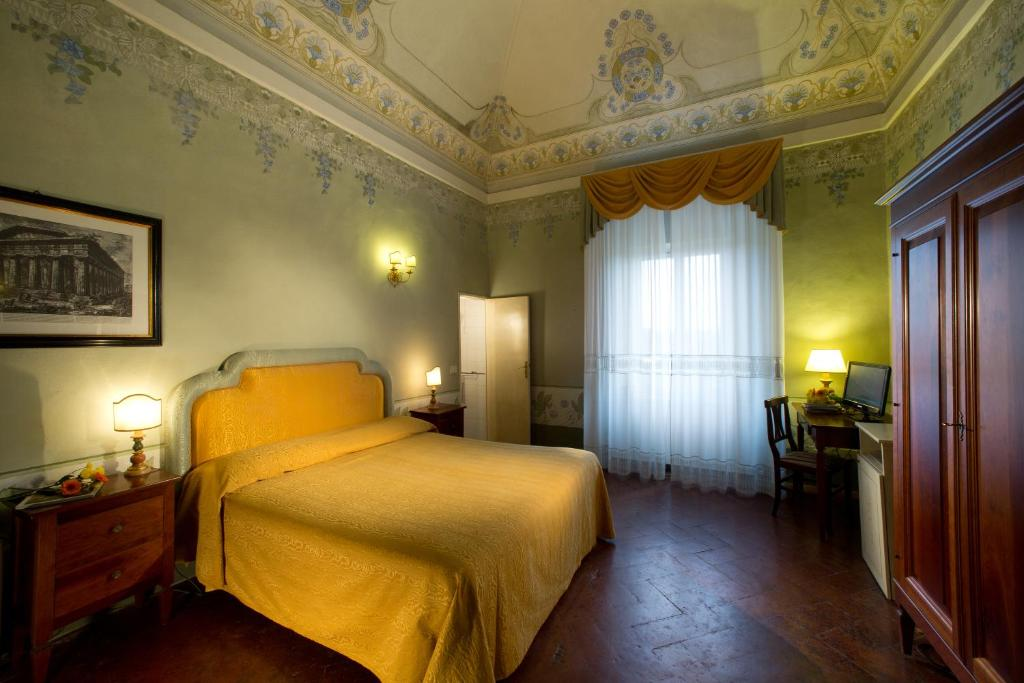 A bed or beds in a room at Hotel Palazzo di Valli