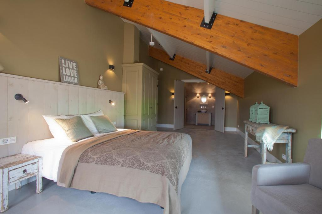 A bed or beds in a room at Erve 't Hacht