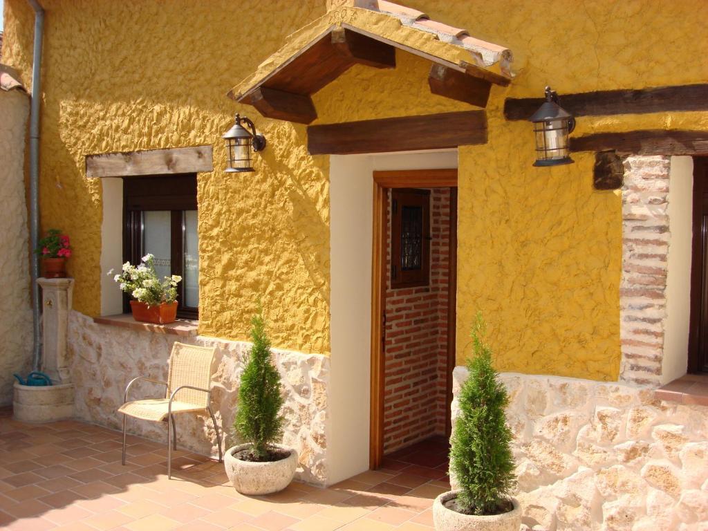 Casa rural real posito ii aguilafuente precios for Patios con piedras decorativas