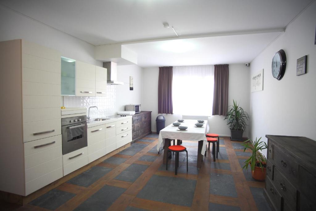 A kitchen or kitchenette at Apartments Résidence Lignum