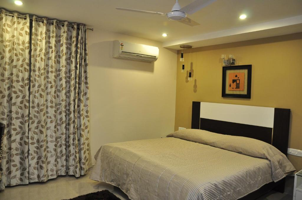 A bed or beds in a room at OYO 29561 Hotel Brahmaputra Residency