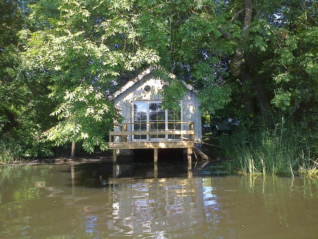 La cabane sur l 39 eau belgique cul des sarts for Cabane de jardin belgique
