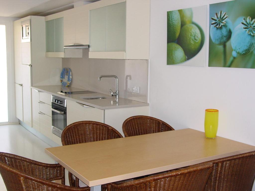 A kitchen or kitchenette at Apartamentos Rodamar