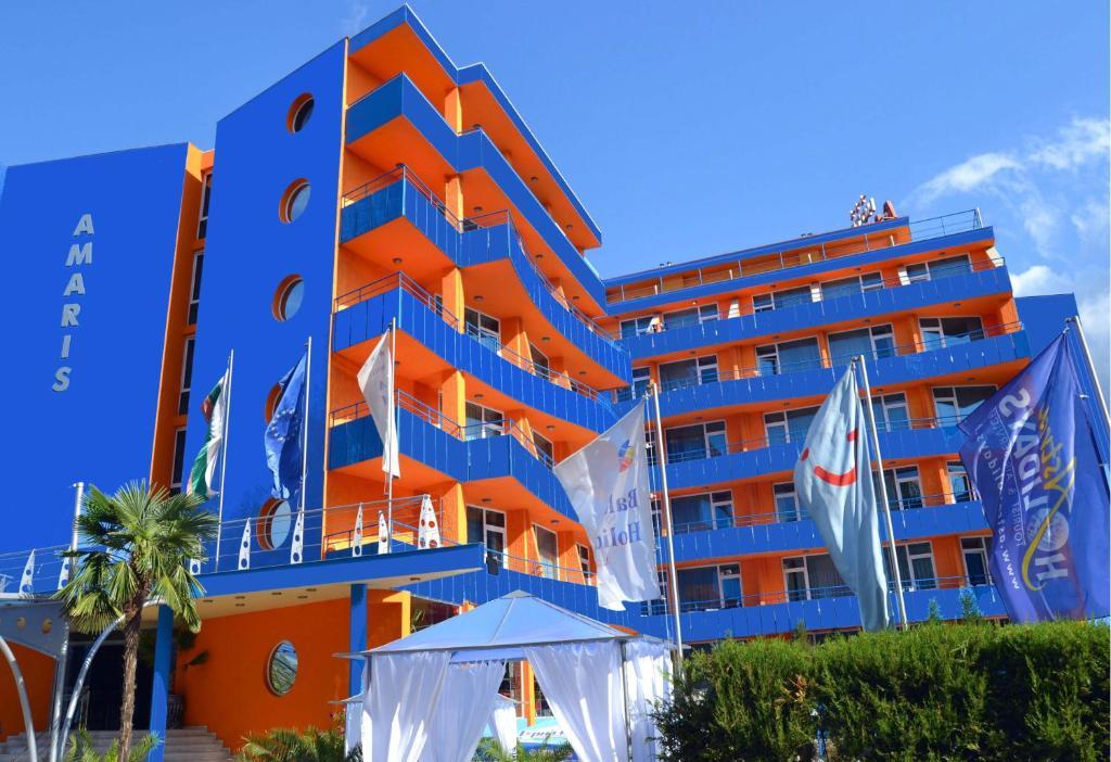 До пляжа можно дойти всего за 8 минут. Стильный отель Amaris находится в самом центре курорта Солнечный берег, в 300 метрах от пляжа и располагает открытым бассейном.  В непосредственной близости от отеля работает множество магазинов, баров и пабов, а всего в 200 метрах находится автобусная остановка.  В ресторане отеля Amaris есть уютная терраса с видом на бассейн. Здесь подают вкусные блюда болгарской кухни, приготовленные из экологически чистых продуктов.  Лобби-бар идеально подходит для встреч с друзьями за чашкой кофе или бокалом любимого напитка.