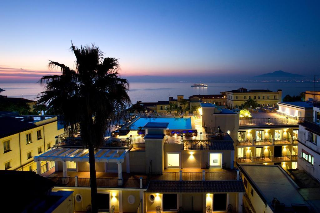 Výhľad na bazén v ubytovaní Grand Hotel La Favorita alebo v jeho blízkosti