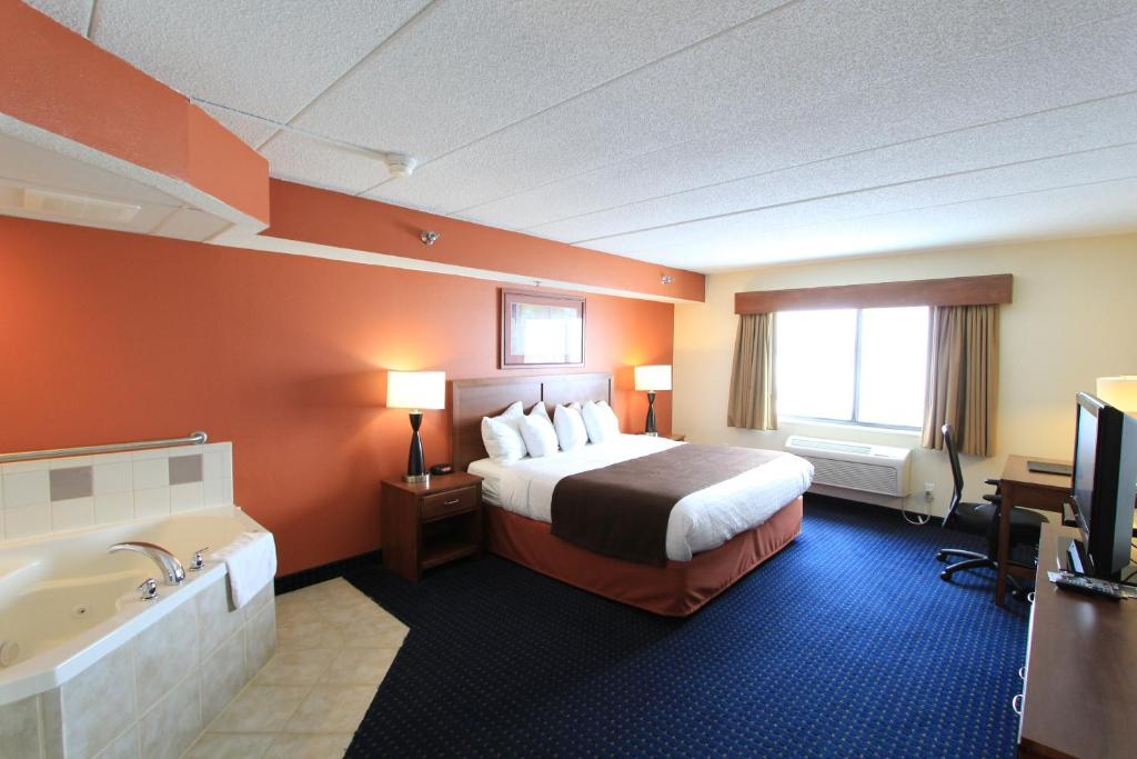A room with whirlpool at the AmericInn Cedar Rapids Airport.