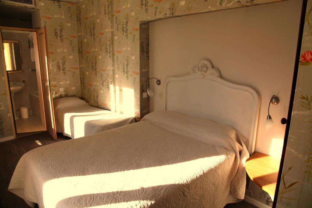Hotel du Lys, Paris, France - Booking.com