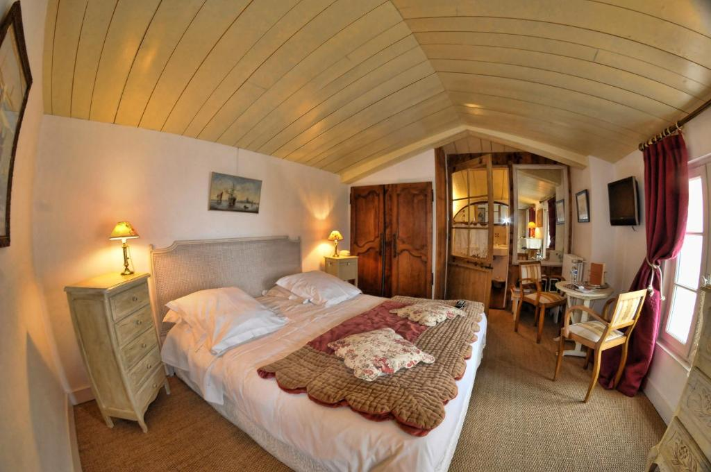 A bed or beds in a room at Le Corps de Garde