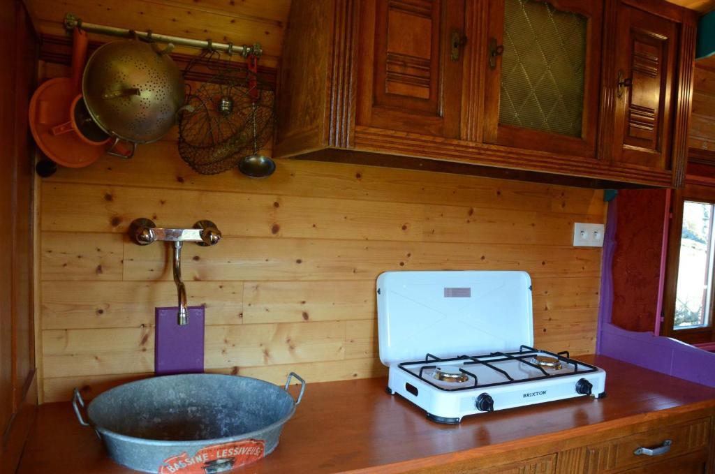 Maison de vacances g te la roulotte de la fay france dompierre les ormes - Veranda pour roulotte ...