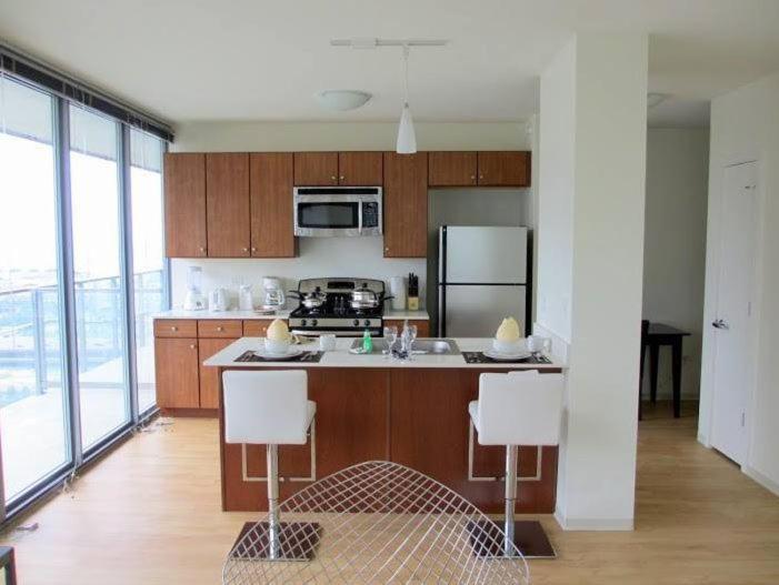 Een keuken of kitchenette bij Luxury at Lakeshore East